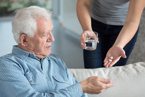 Mann nimmt Tabletten