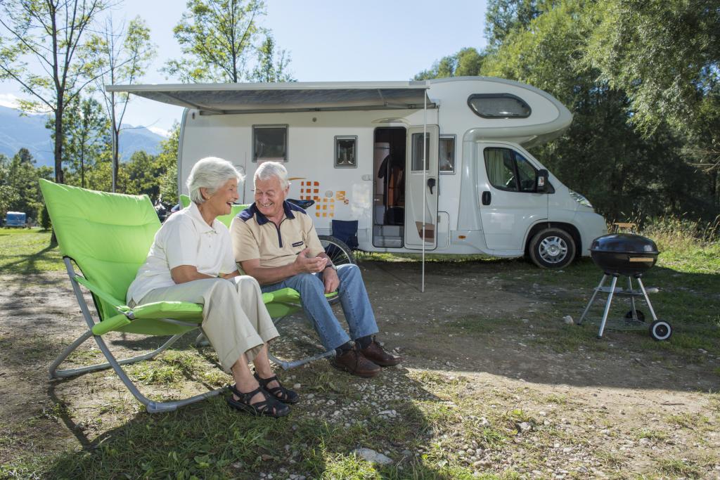 Senioren mit Wohnmobil auf dem Campingplatz