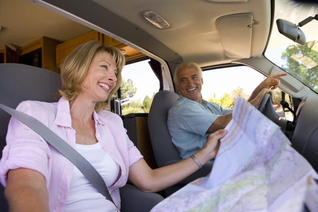 Seniorenpaar in der Fahrerkabine eines Campers