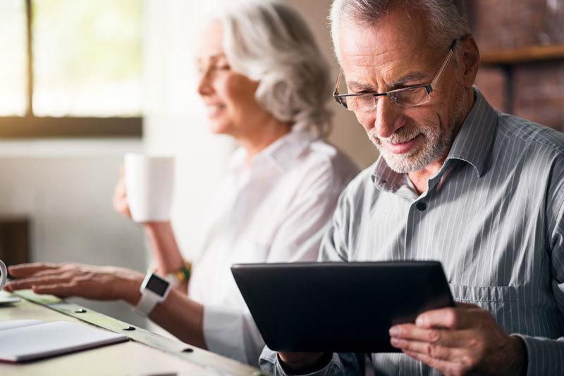 Paar mit Tablet und Fitness-Tracker