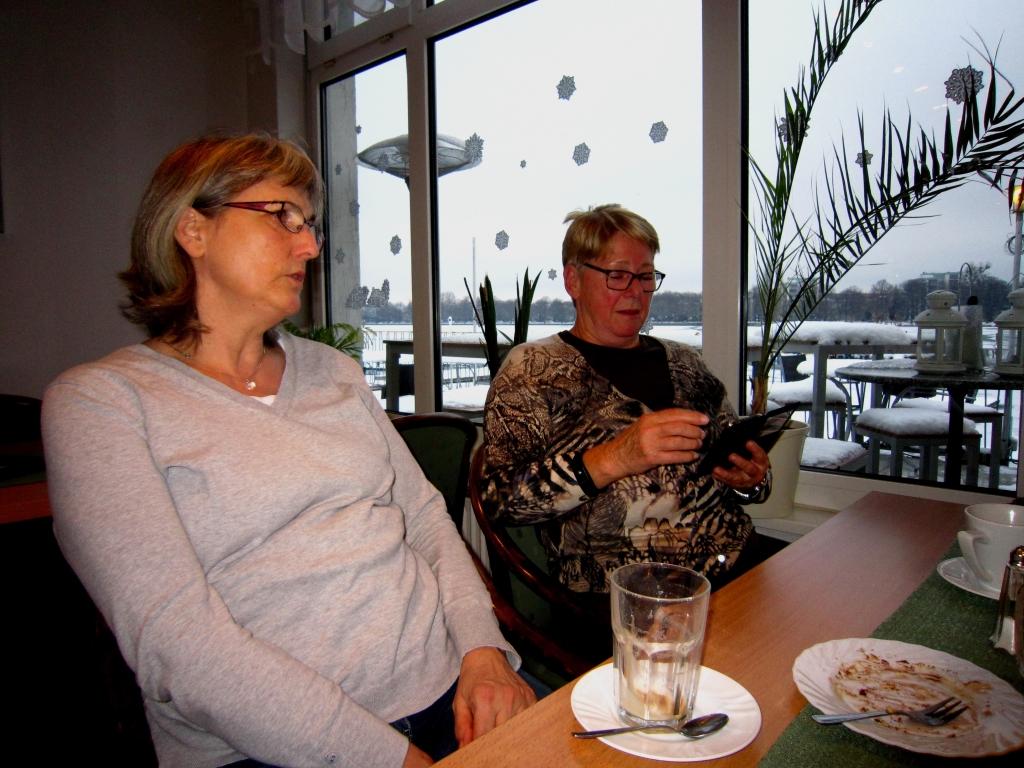 Uschi und Vlasta bei Kaffee und Kuchen