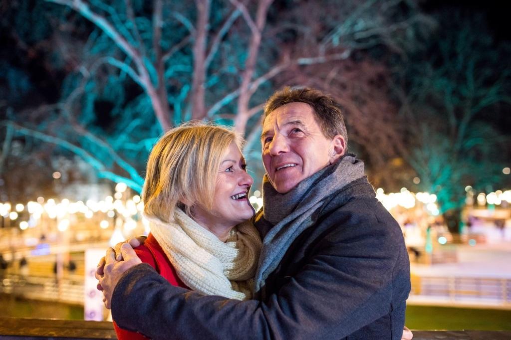 Paar umarmt sich an Silvester