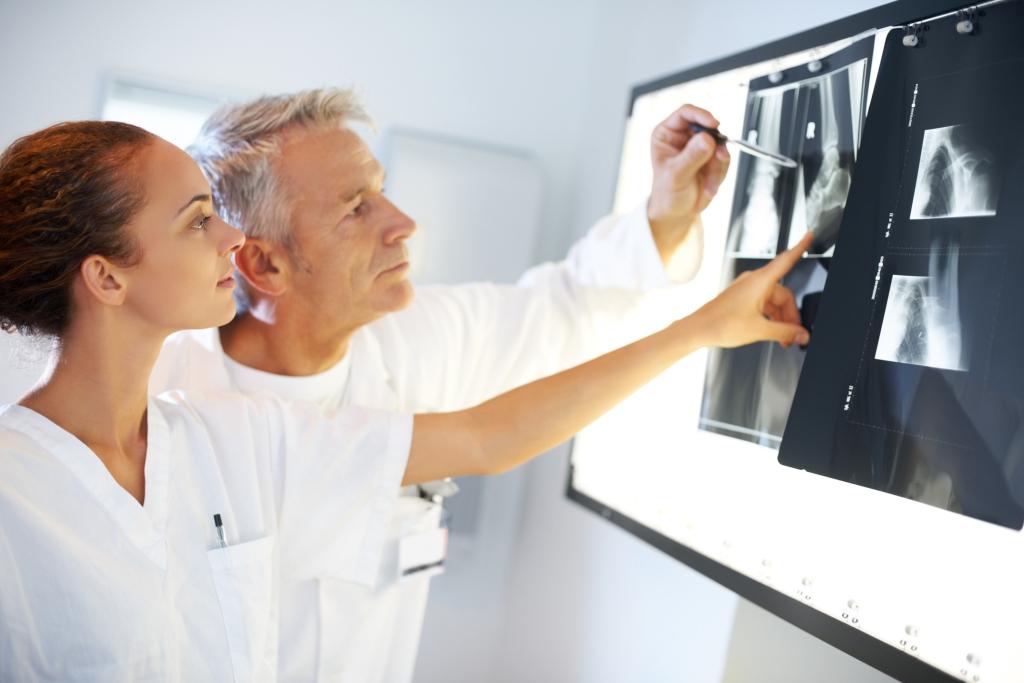 zwei Ärzte vor Röntgenbildern