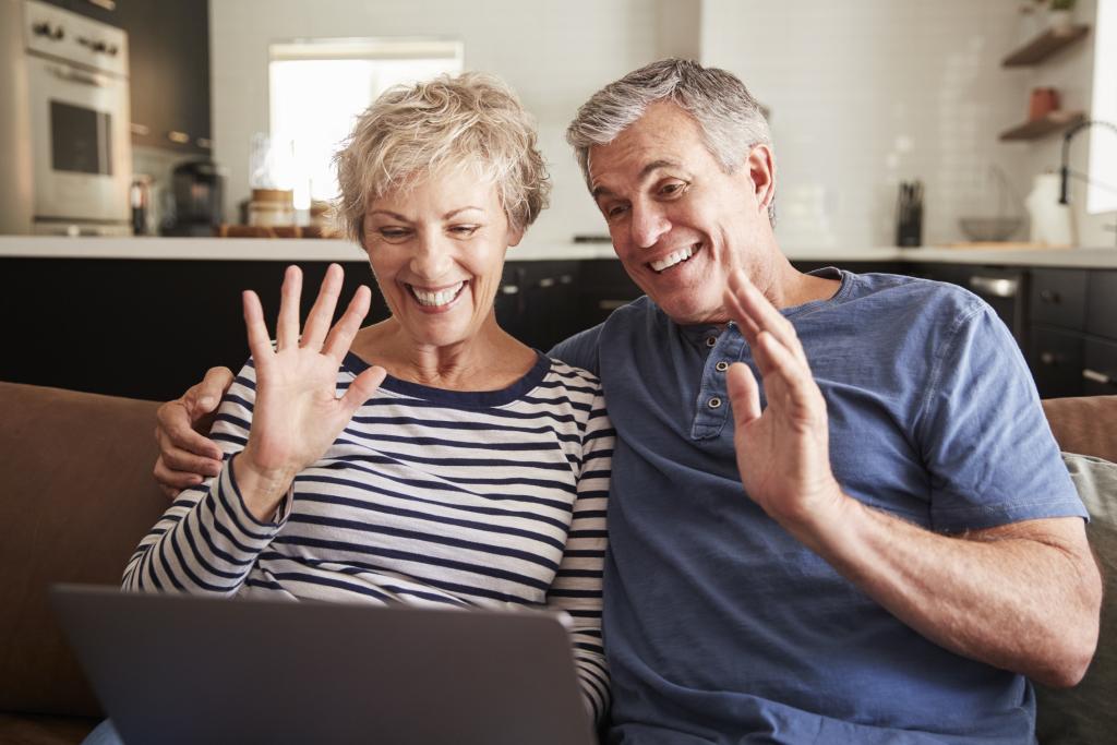Seniorenpaar beim Videochat