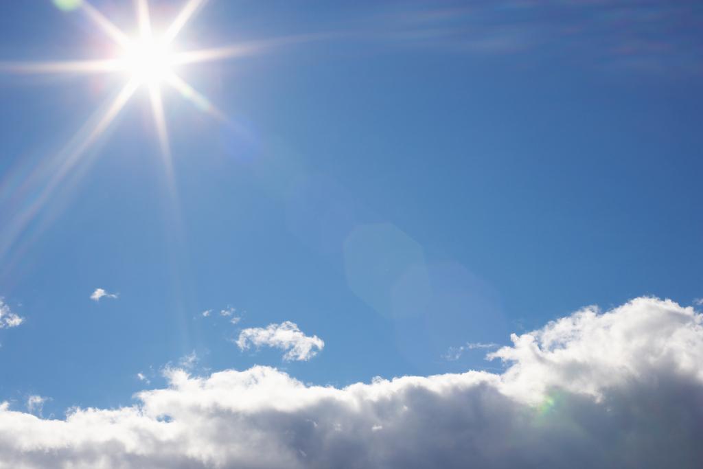 strahlend blauer Himmel mit Sonne