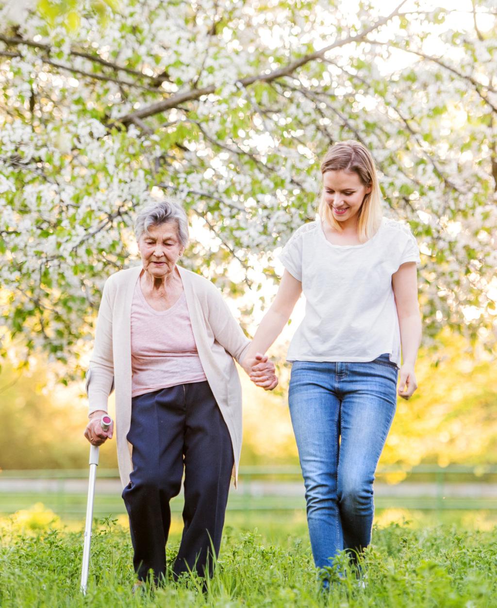 ältere und junge Frau draußen in der Natur
