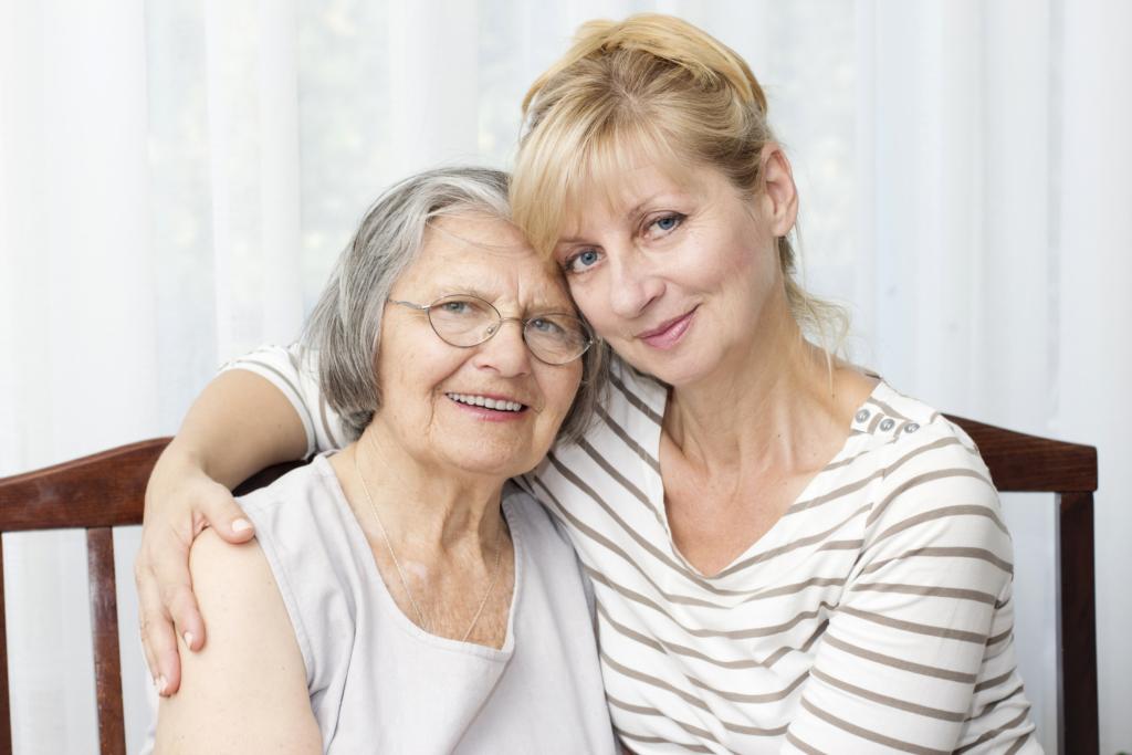 zwei Frauen halten sich im Arm
