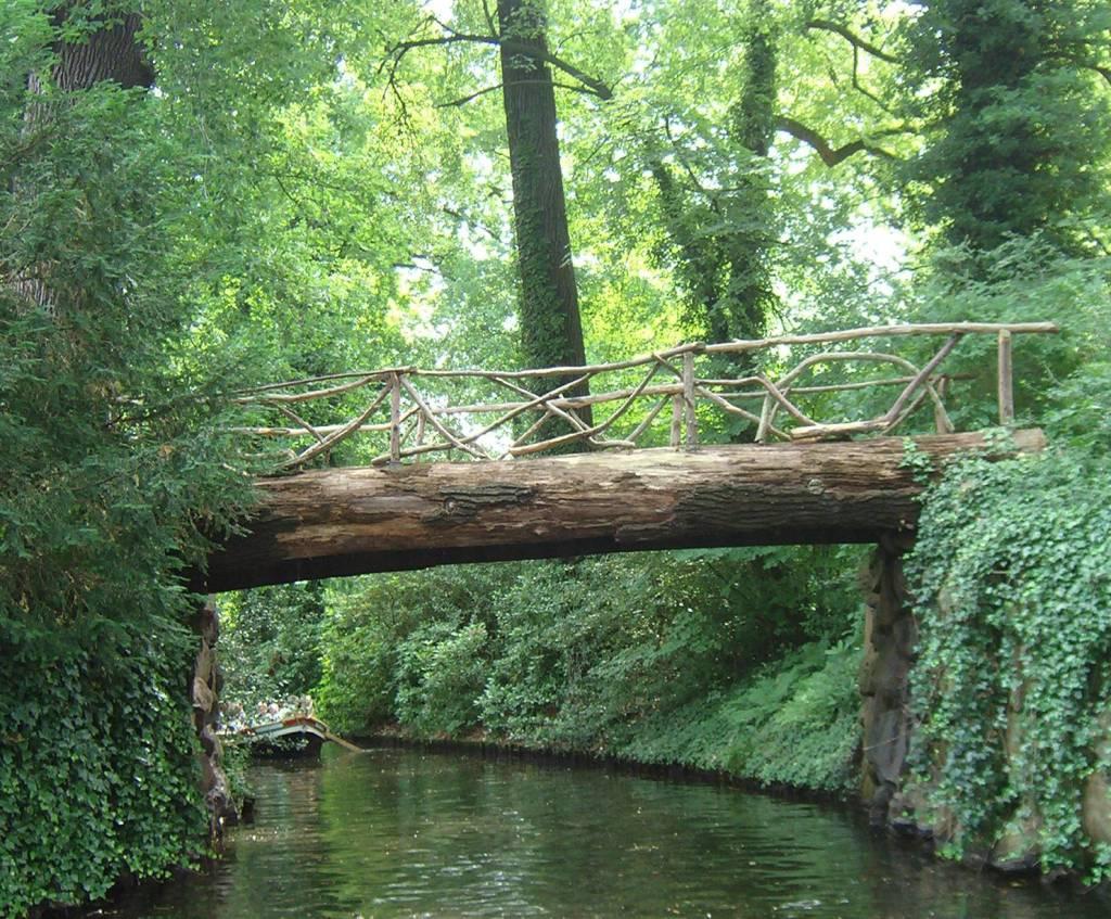 Holzstammbrücke