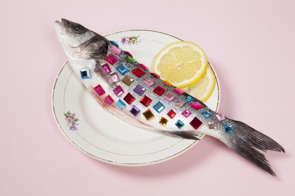 Ganzer Fisch mit Glitzersteinen und Zitrone