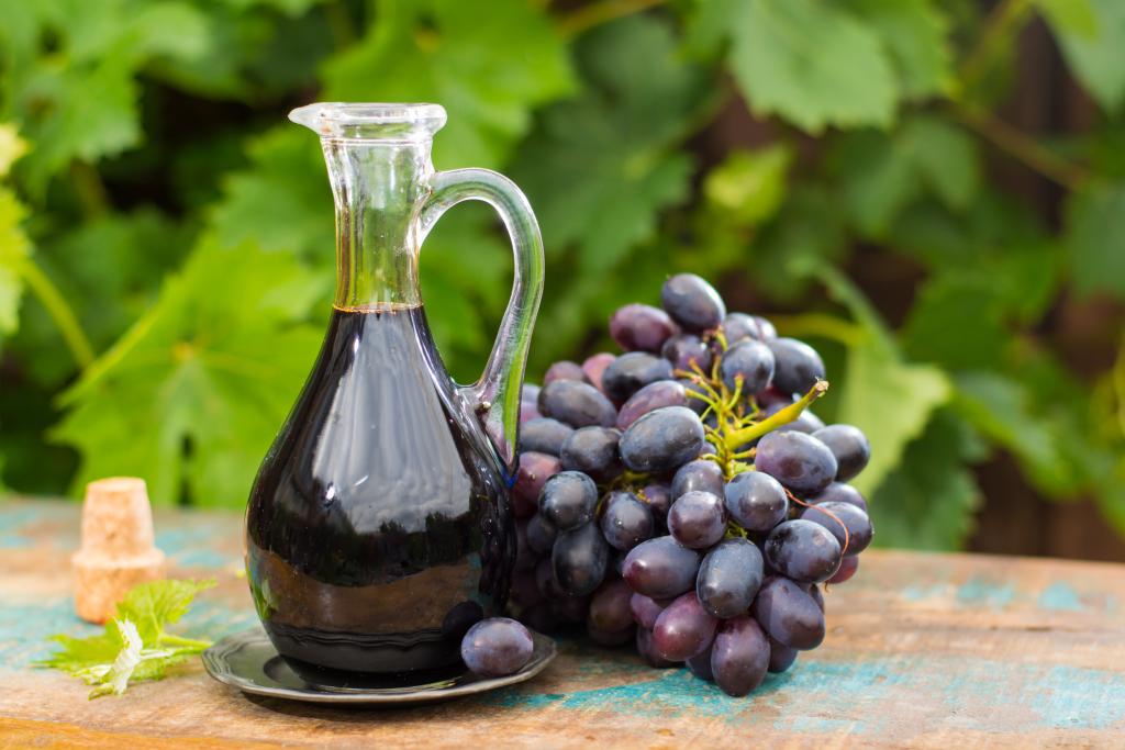 Balsamico-Essig mit roten Weintrauben