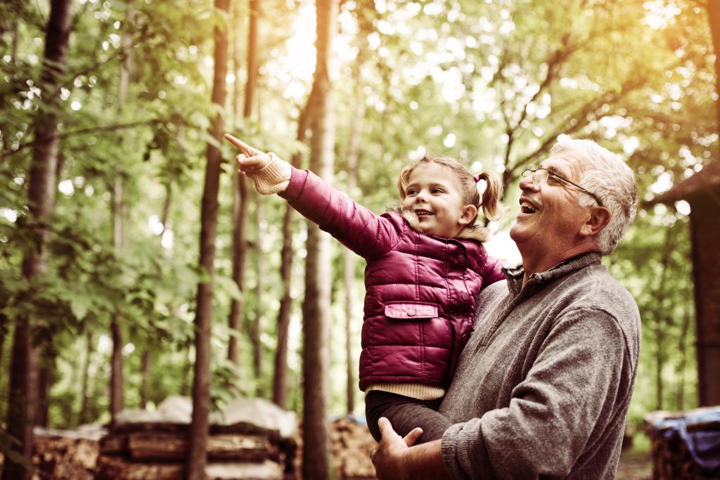 ältere Mann mit kleinem Mädchen in der Natur