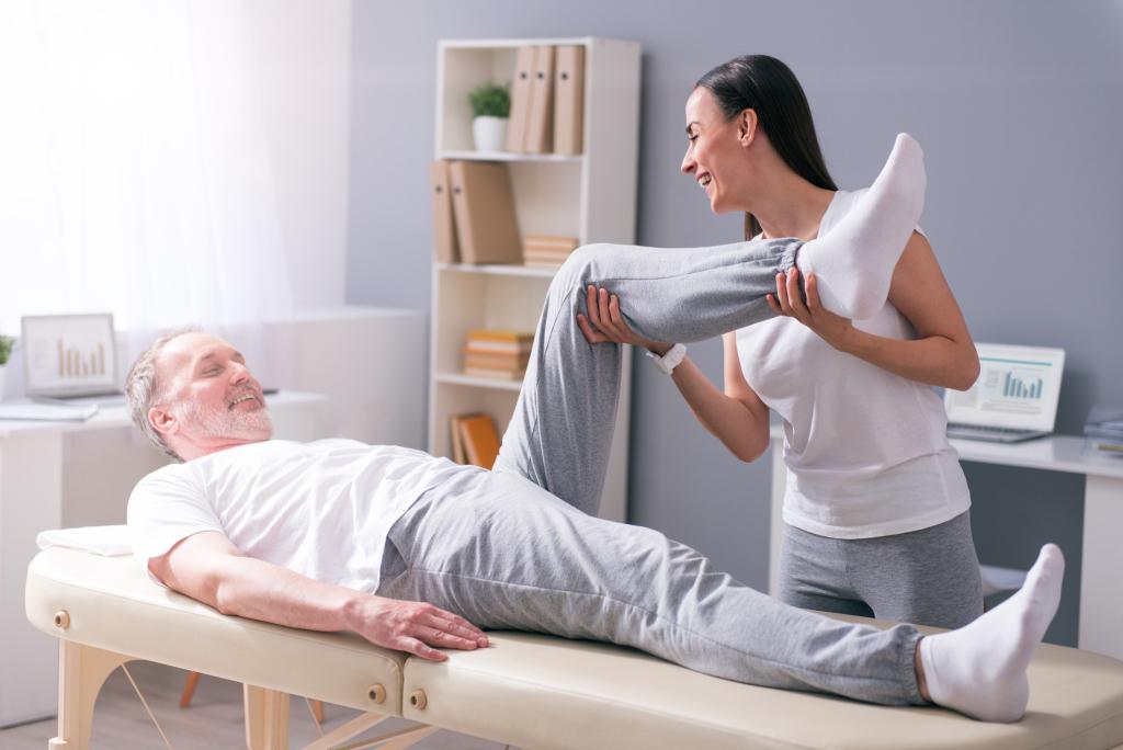 ein Mann bei der Physiotherapie