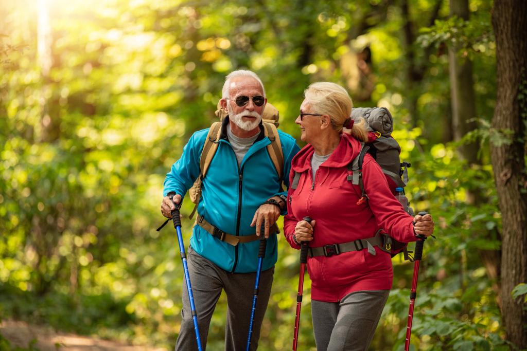 Seniorenpaar wandert durch den Wald