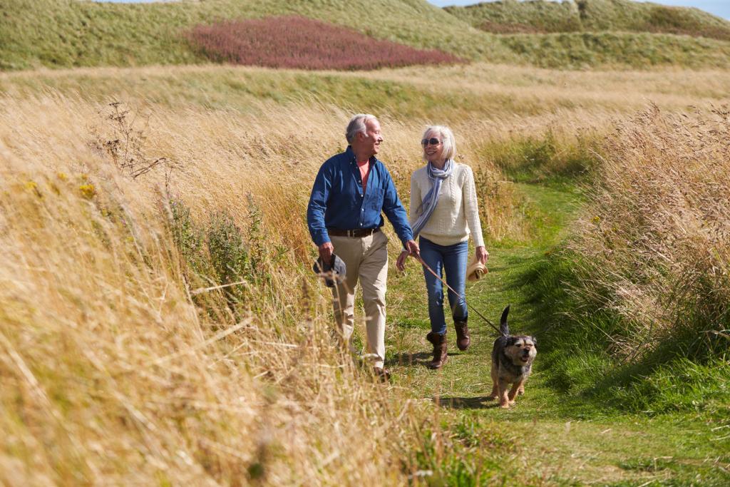Ein Paar beim Spazierengehen