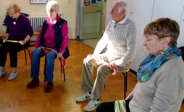Lungensportgruppe bei einer Atemübung