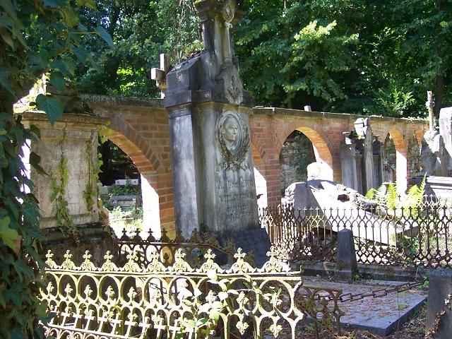 Friedhof mit Umgrenzungsmauer