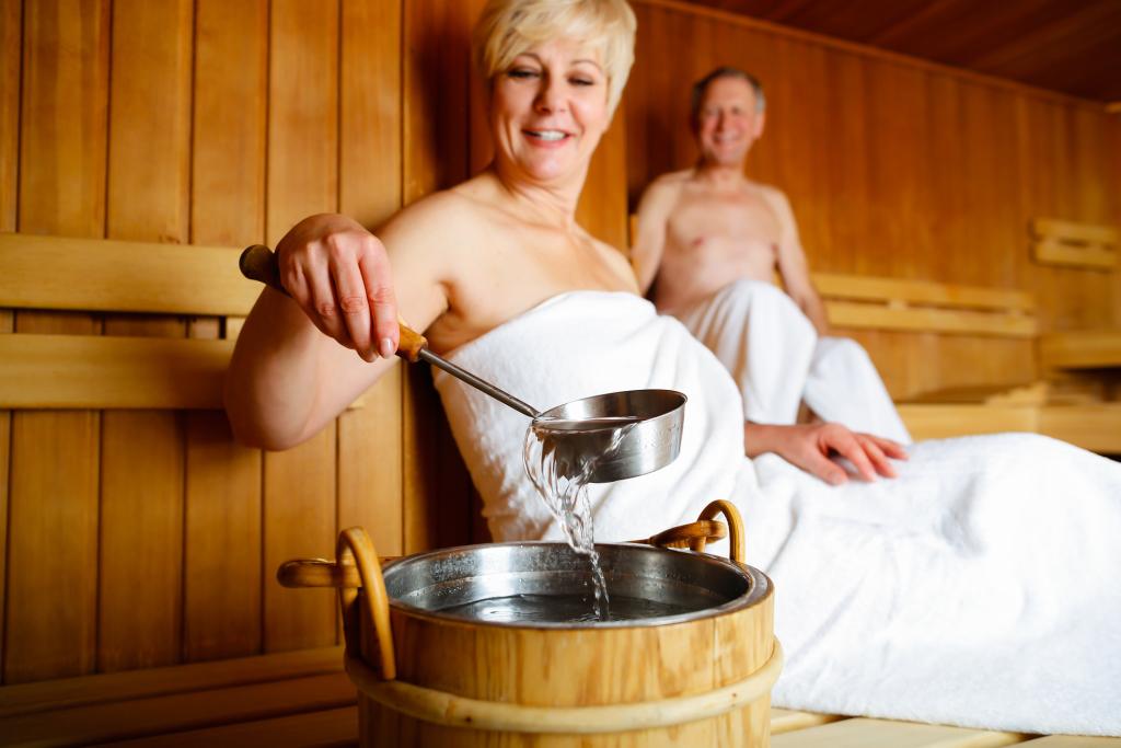 Seniorenpaar beim Saunieren