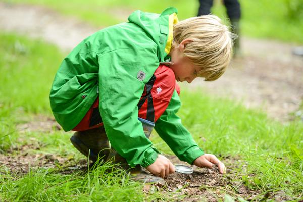 Kind spielt auf Wiese