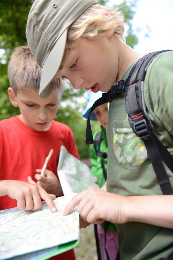 Zwei Kinder mit Karte