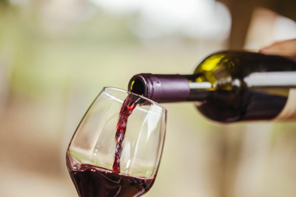 Wein wird in ein Glas eingeschenkt