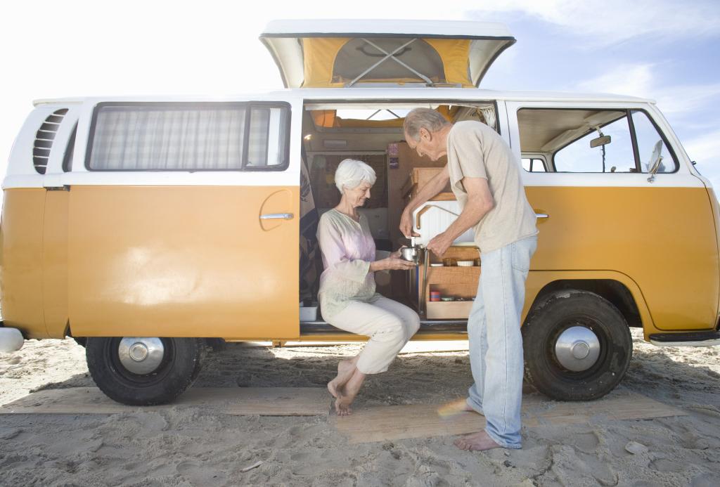 Ein Paar mit einem Wohnmobil