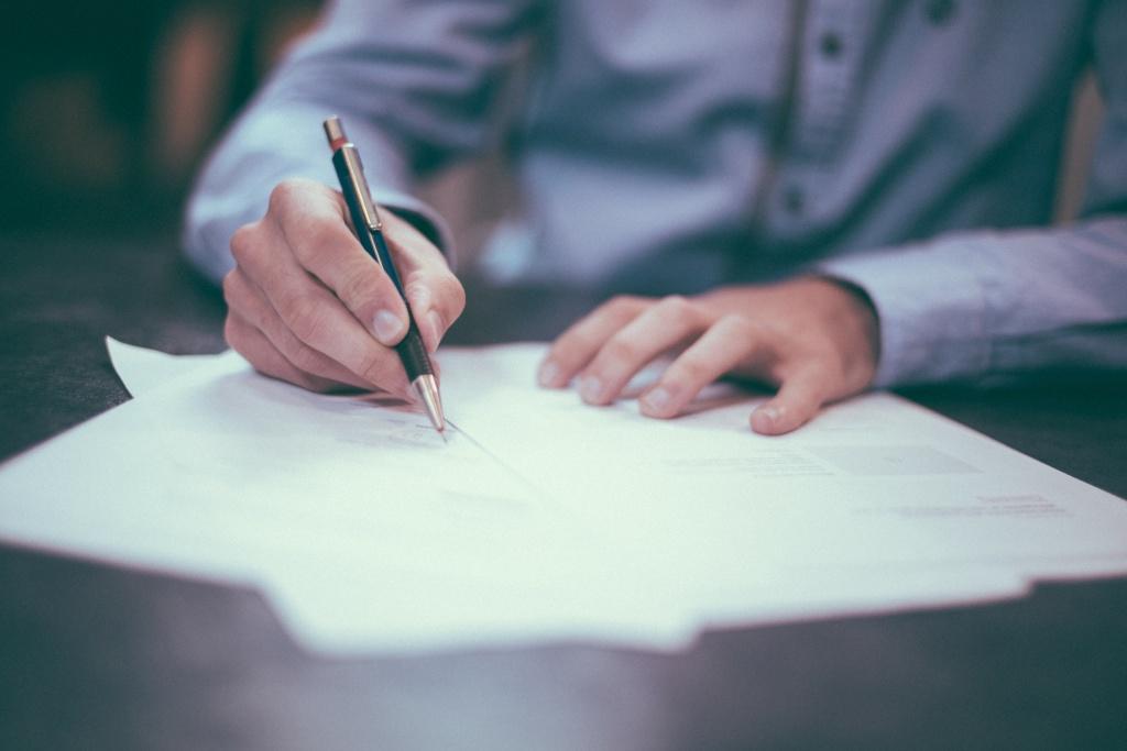 Hand beim unterschreiben