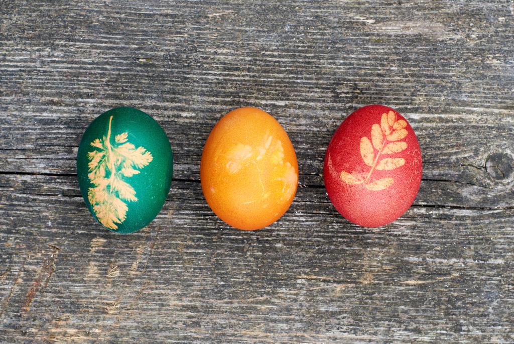 natürlich gefärbte Eier mit Motiv