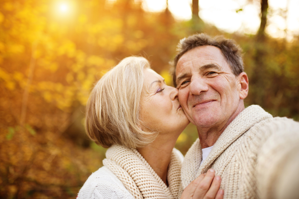 älteres Paar im Herbstwald
