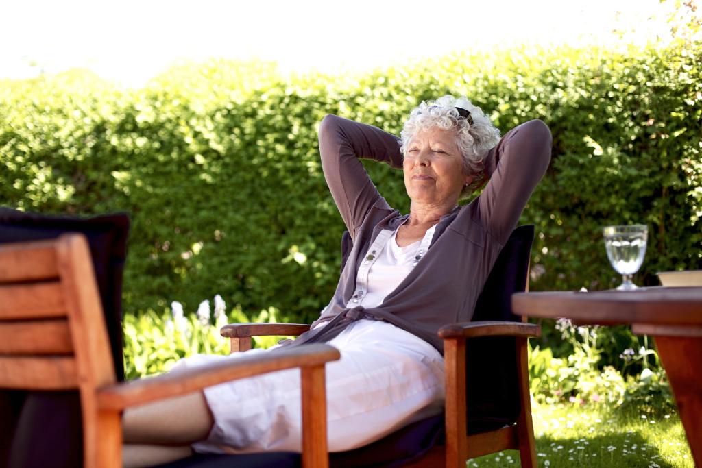 Frau entpannt im Garten