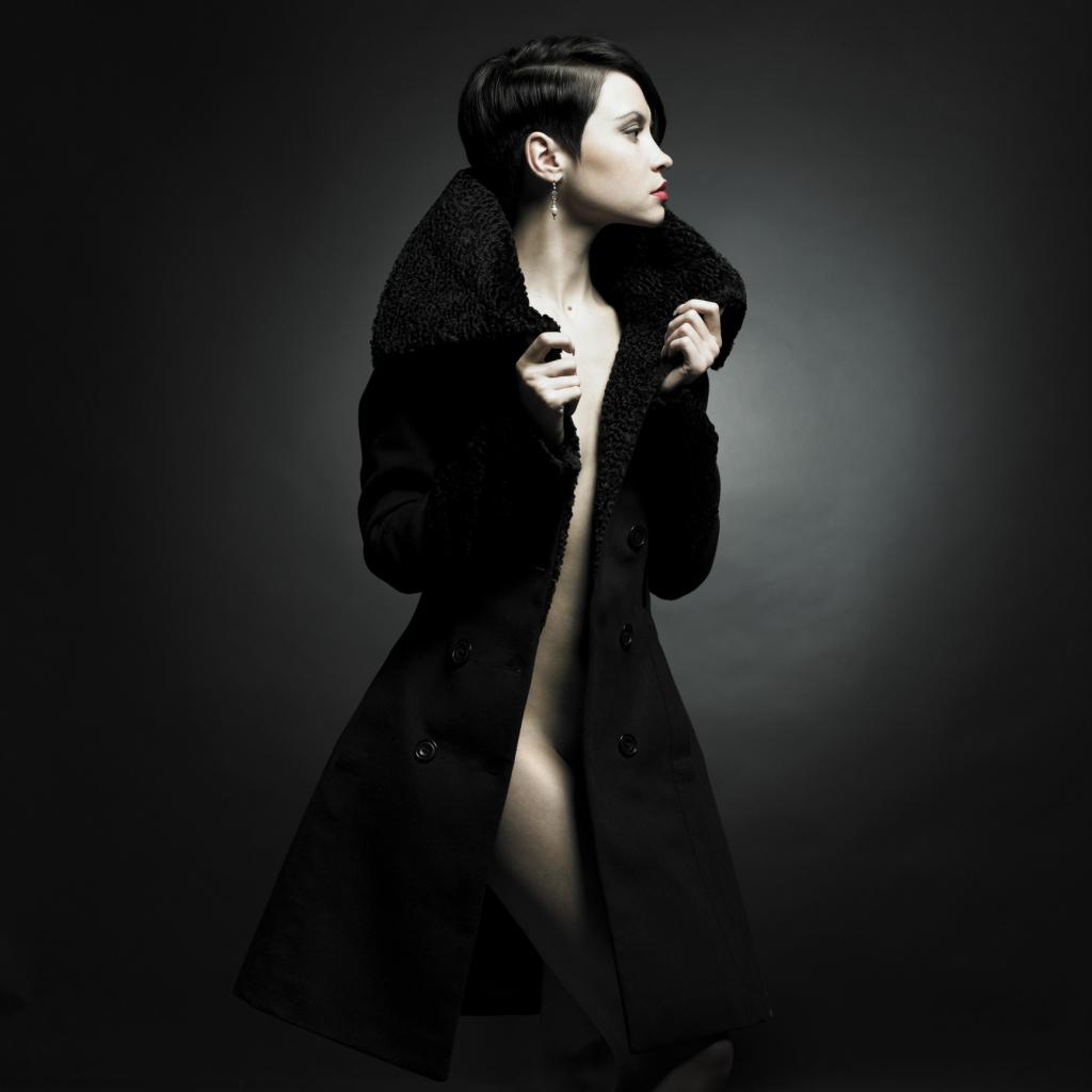 Nackte Dame im Mantel
