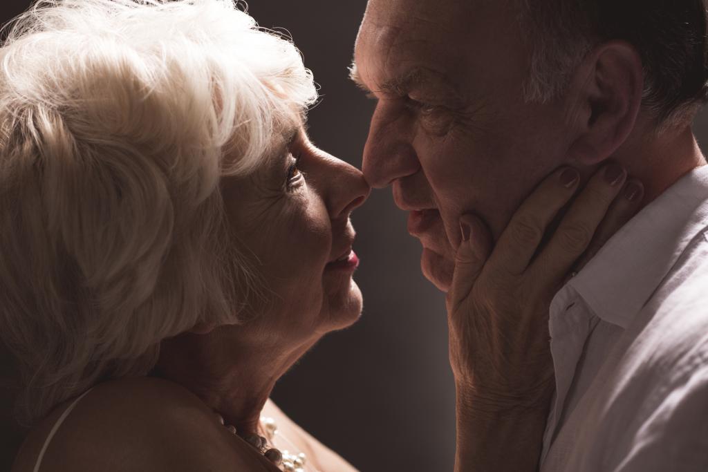 älteres Paar in erotischer Umarmung