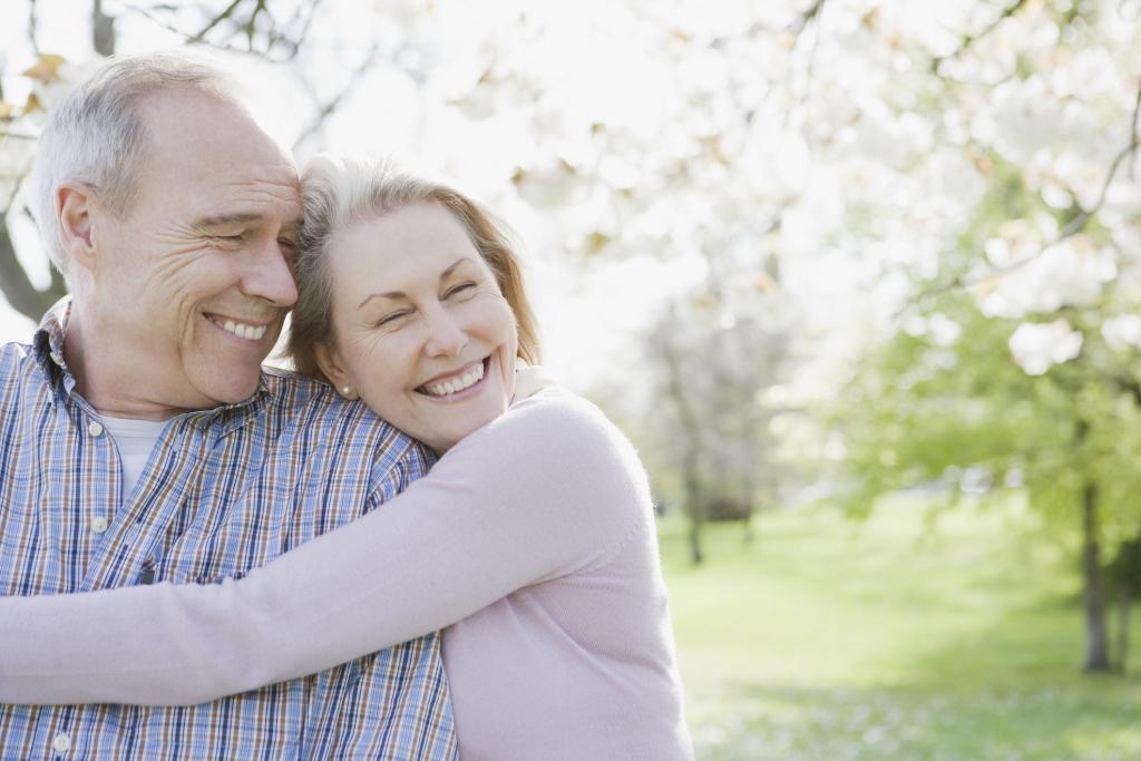 Älteres glückliches Paar umarmt sich