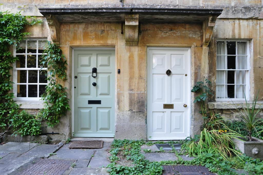 Zwei Haustüren direkt nebeneinander