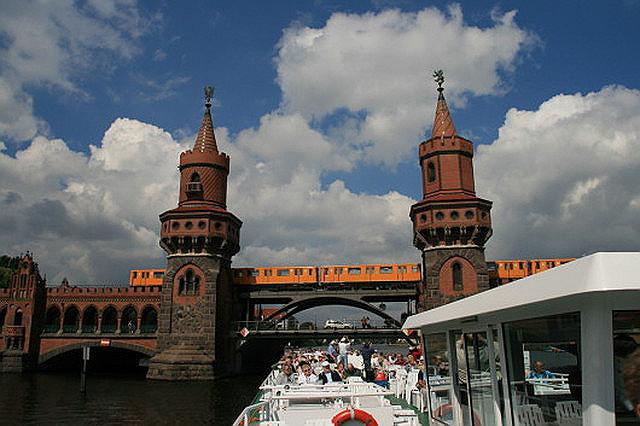 Die Moltke-Brücke Die Moltkebrücke ist eine Auto- und Fußgängerbrücke mit tragender Stahlkonstruktion auf Steinpfeilern und führt im Berliner Bezirk Mitte über die Spree.