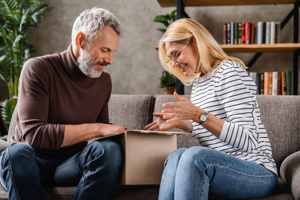 Seniorenpaar öffnet gemeinsam ein Paket