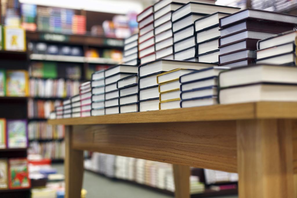 Buchladen mit Büchertisch