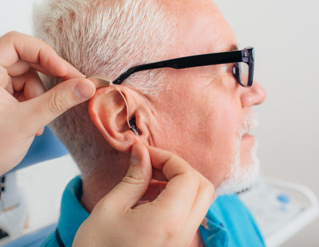 Mann mit Hörgerät