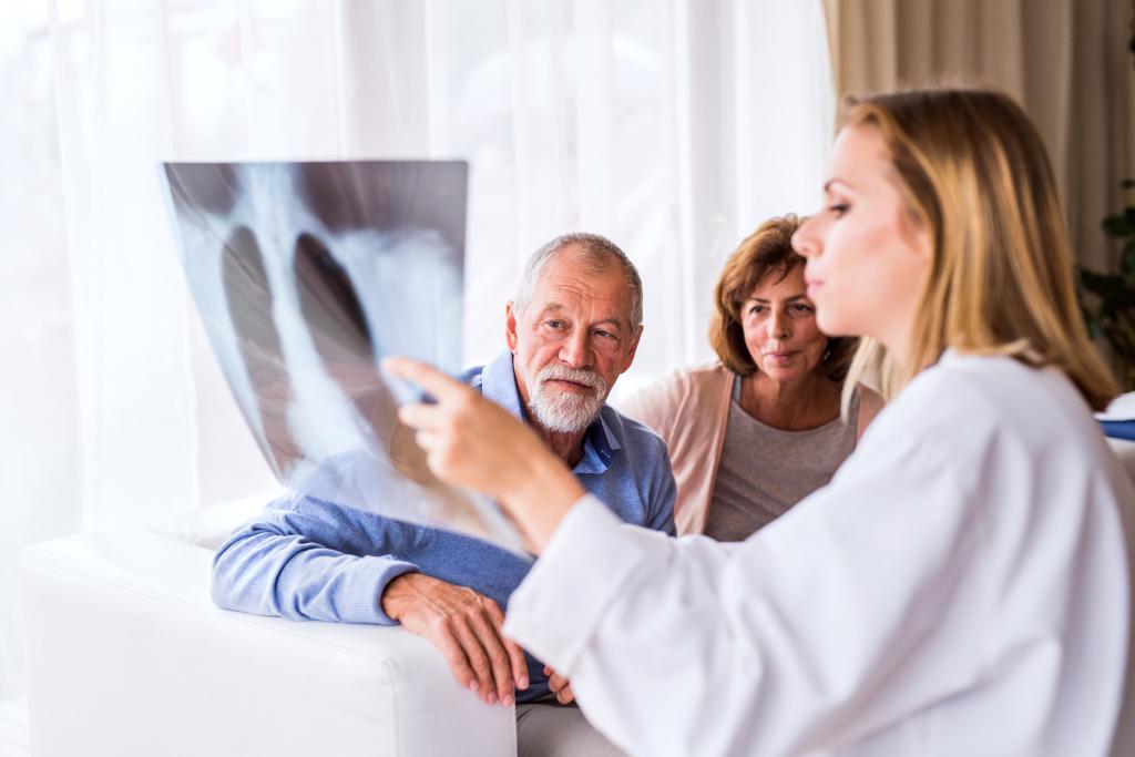 Ärztin erklärt Patienten etwas