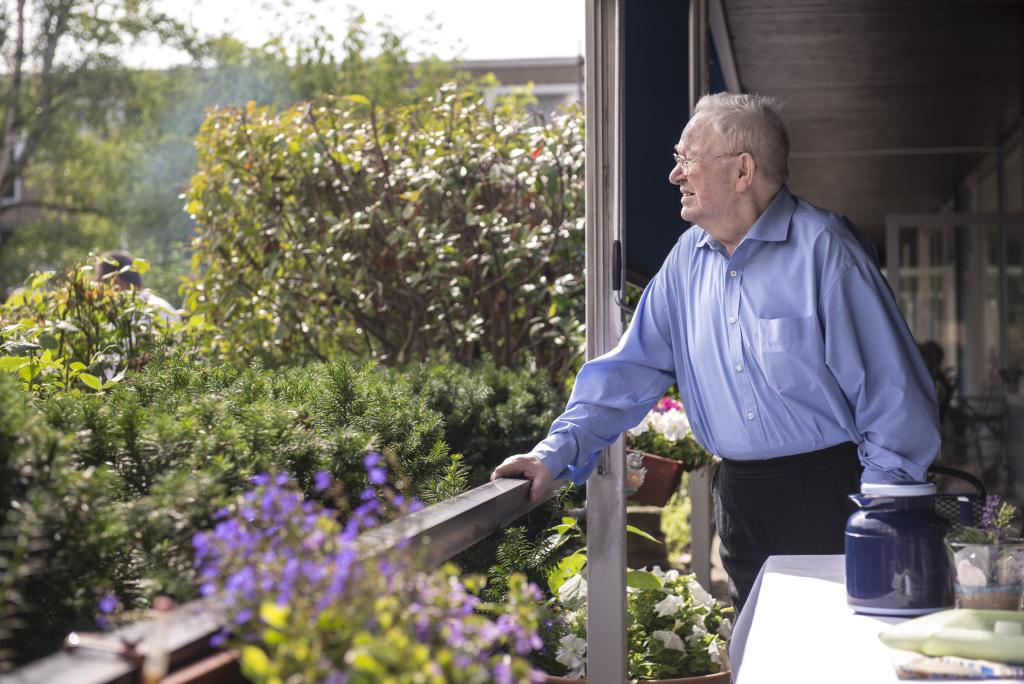 Senior auf Balkon