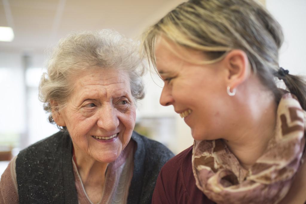 Seniorin mit jüngerer Frau in Nahansicht