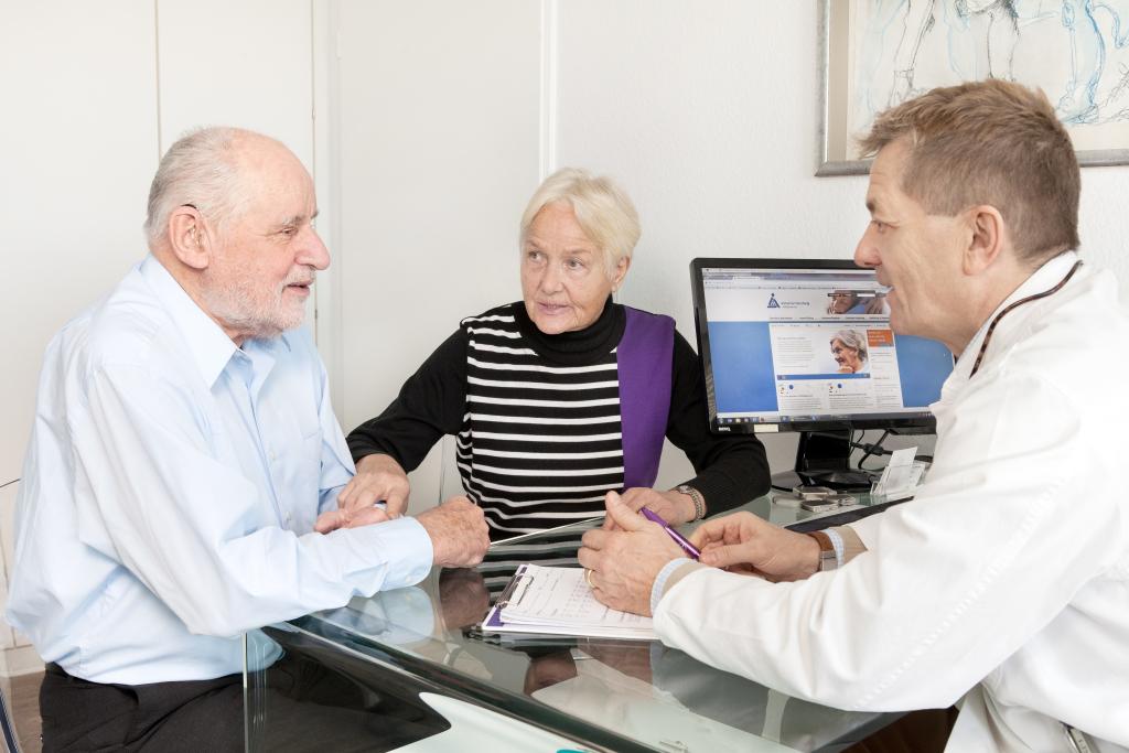 älteres Paar beim Arztgespräch