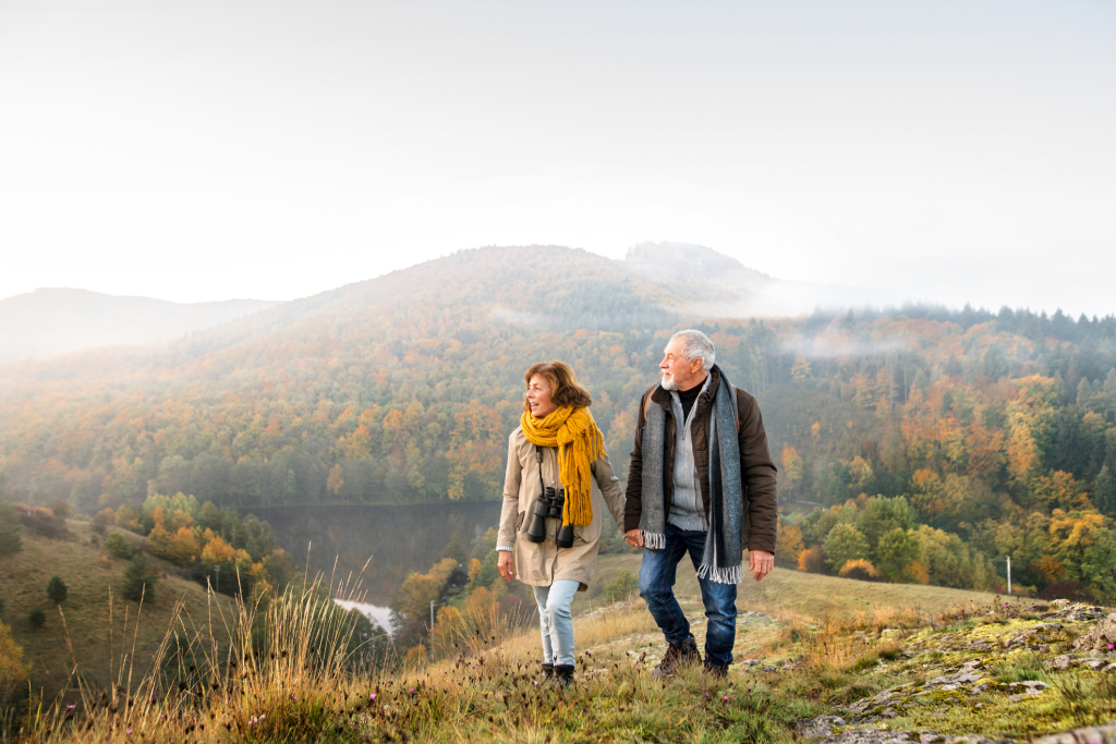 Paar spaziert in der Natur