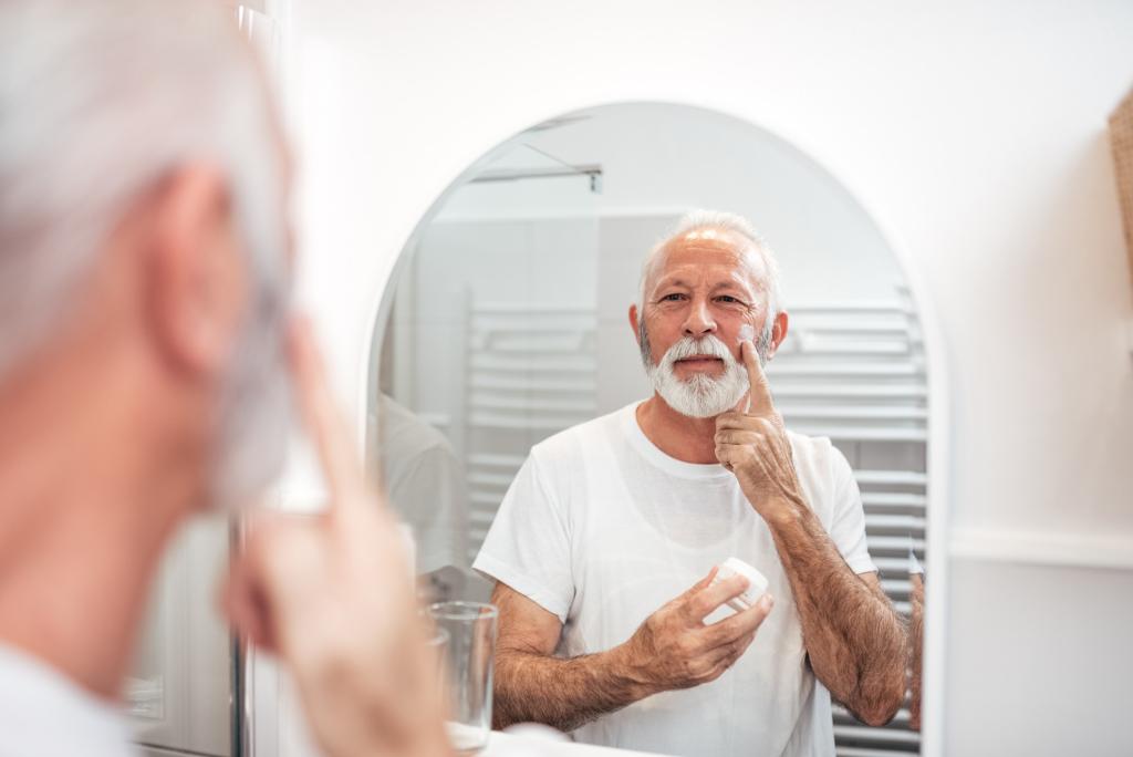 Mann bei der Gesichtspflege