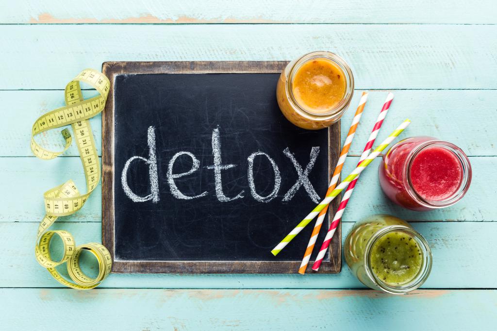 Smoothies, Maßband und Tafel, wo detox draufsteht