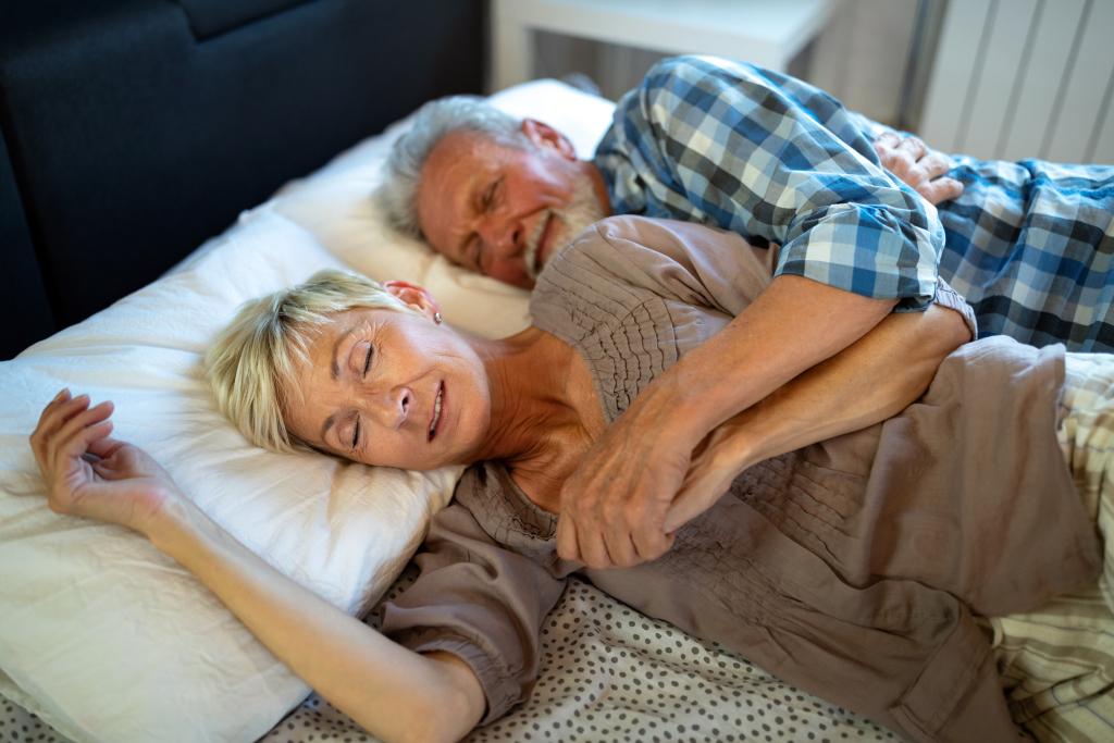 Seniorenpaar schläft im Bett