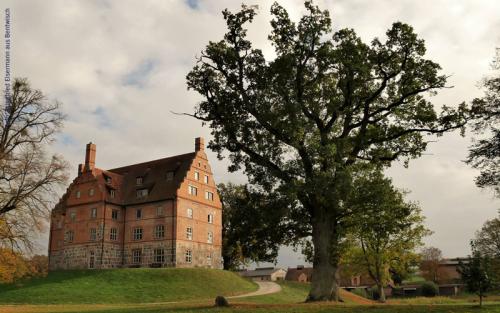 Schloss-und-Gut-Ullrichshus.jpg