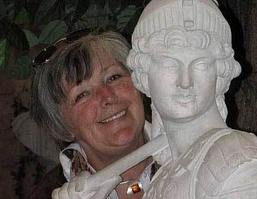 Frau neben einer Römerstatue