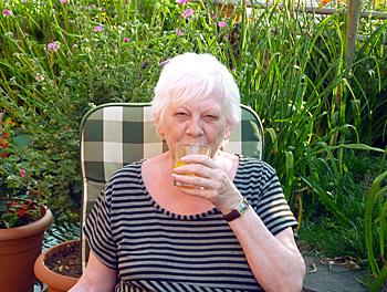Jolynalia trinkt Gelenknahrung Pro Hyaluron von Orthoexpert. Bild Mitglied
