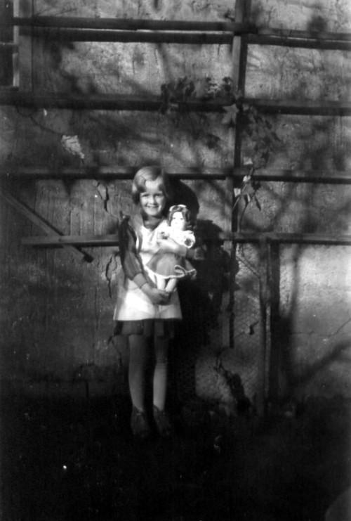 Kind mit einer Puppe