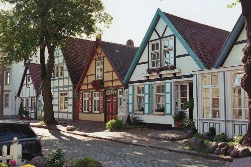 1280px-Warnemünde_Altstadt_(03)_2006-09-21.jpg